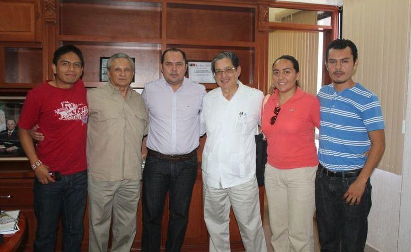 El alcalde, el representante del Centro Mario Molina, el director del Consejo Quintanarroense de Ciencia y Tecnología, y funcionarios municipales. (Redacción/SIPSE)