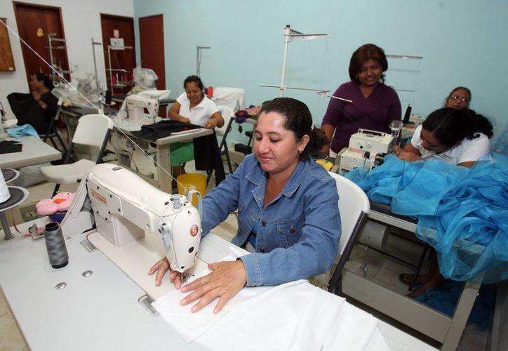 Decenas de amas de casa se han sumado a los cursos de alta costura. (Redacción/SIPSE)