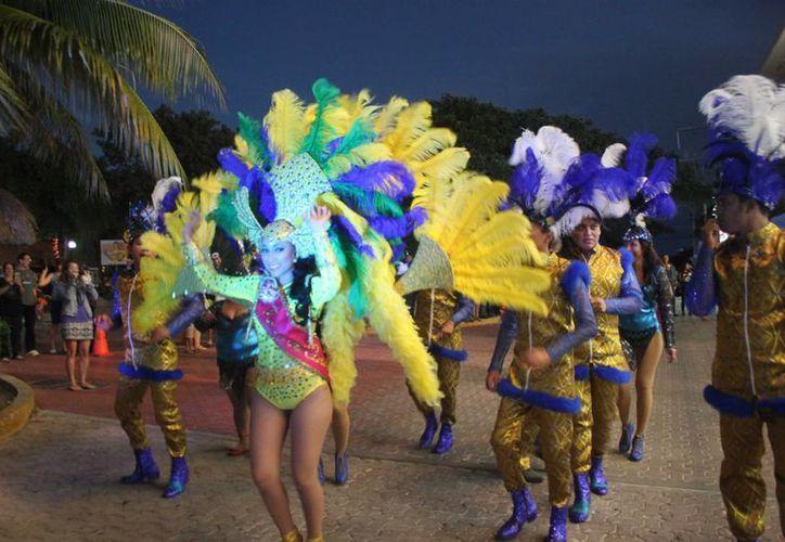 Las comparsas animaron el ambienta a los alrededor de 10 mil espectadores de la cuarta noche de Carnaval en Playa del Carmen. (Daniel Pacheco/SIPSE)