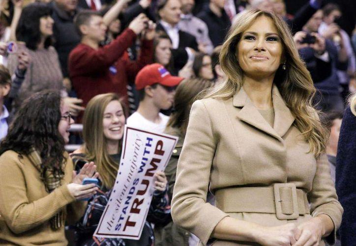 Melania Trump ha sostenido en diversas ocasiones que ella llegó al país legalmente y jamás violó los términos de su condición de inmigrante. (Archivo/ AP)