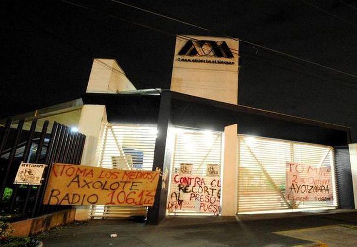 Desde las 01:15 horas las instalaciones de la UAM Xochimilco fueron tomadas por un grupo de encapuchados. (twitter/@UnoNoticias)
