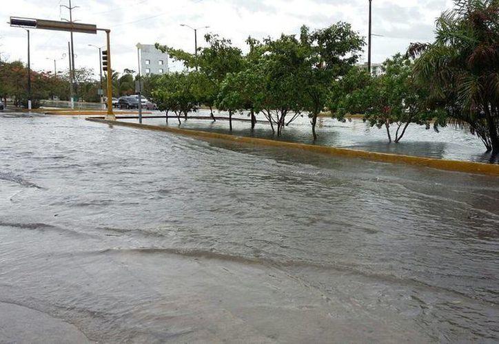 En algunos puntos de la ciudad el nivel del agua rebasó el camellón central. (Claudia Olavarría/SIPSE)