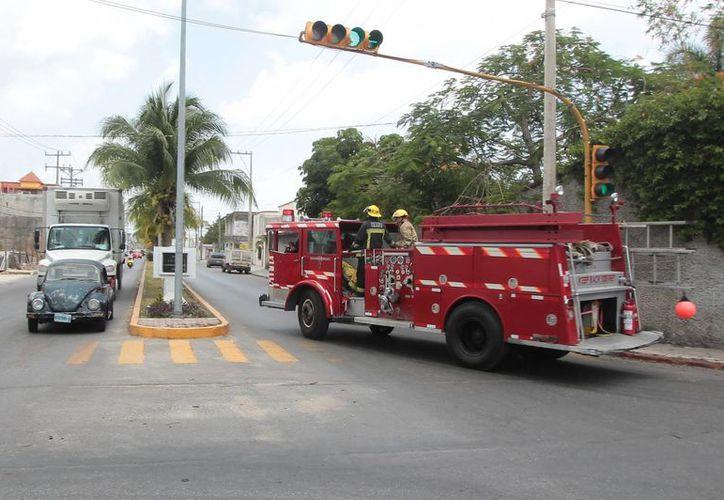 Los bomberos rescataron ileso a un hombre que cayó a un pozo de cinco metros de profundidad. (Gustavo Villegas/SIPSE)