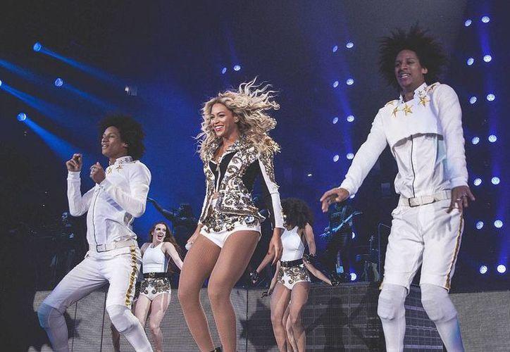 Beyonce vendió más de 600 mil unidades de su disco <i>Beyonce</i>. La foto corresponde a la actuación de la cantante en el Mrs. Carter Show World Tour, el sábado en San Luis Missouri, Estados Unidos. (Agencias)