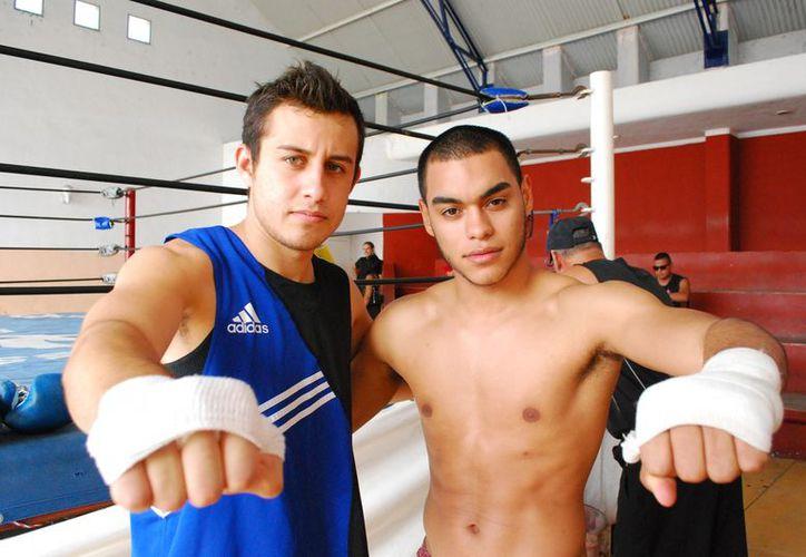 Christian Camacho (derecha) y Joseph Aguirre realizaron una exhibición pública tras anunciar que debutarán en el boxeo profesional. (Raúl Caballero/SIPSE)
