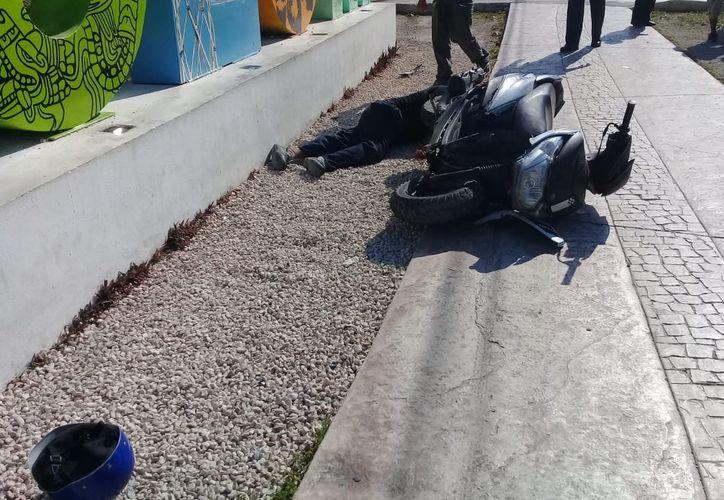 El conductor de la moto fue enviado al calabozo municipal después de que se le aplicaran las pruebas toxicológicas y confirmaran que viajaba en estado de ebriedad. (Foto: Redacción/SIPSE).