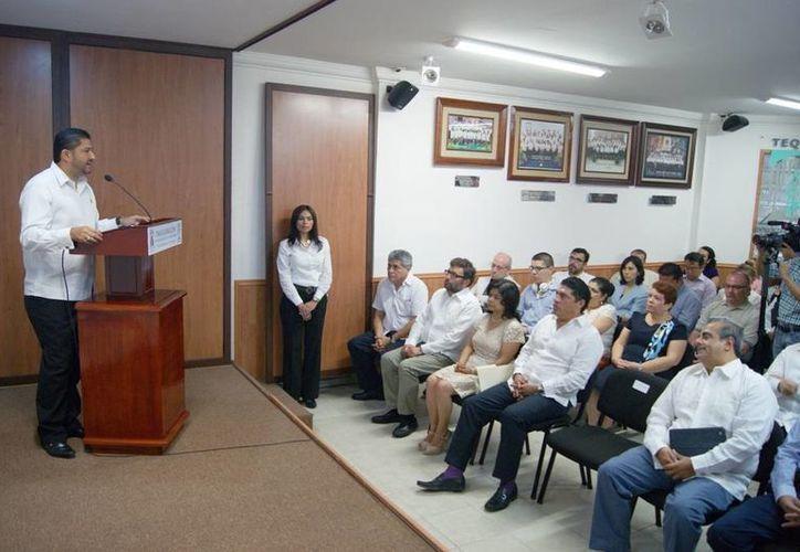 El magistrado presidente del Teqroo, Víctor Vivas Vivas (en el estrado), durante la inauguración del Centro de Capacitación Electoral. (Harold Alcocer/SIPSE)