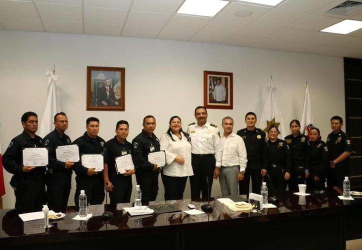 Constancias a policías de Tabasco que se capacitaron en el Estado. (Milenio Novedades)