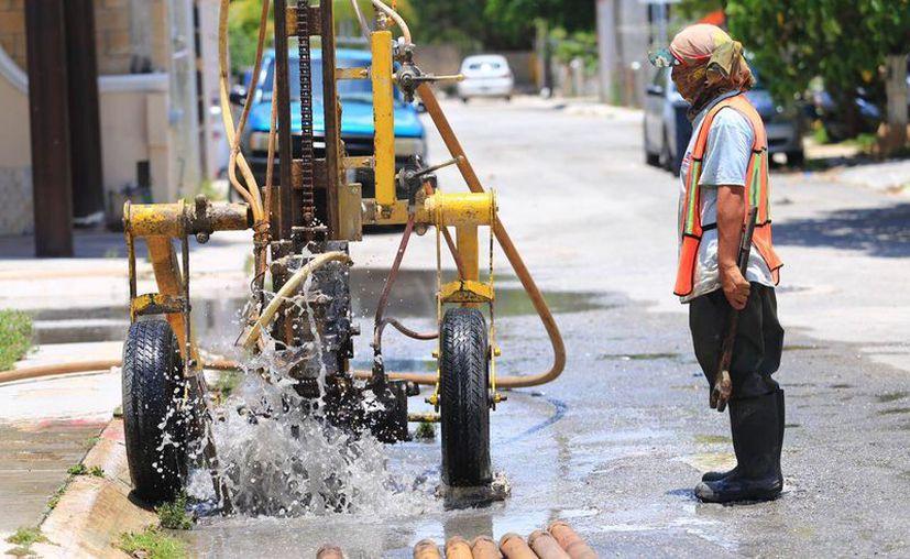 Trabajan en la limpieza y desazolve de más de 100 pozos de absorción en Playa del Carmen. (Foto: Redacción)