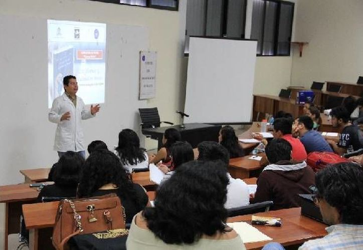 La conferencia fue impartida por el doctor René Arriola, especialista adscrito al CIJ. (Cortesía/SIPSE)