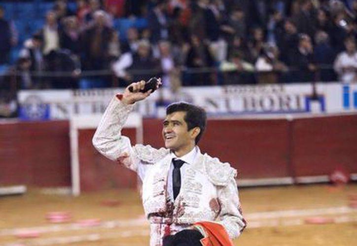 Joselito Adame celebra la oreja obtenida con 'Vencedor', ejemplar de 480 kilos que cerró la corrida 15 de la Temporada Grande en la Plaza México. (Facebook: Plaza Mexico)