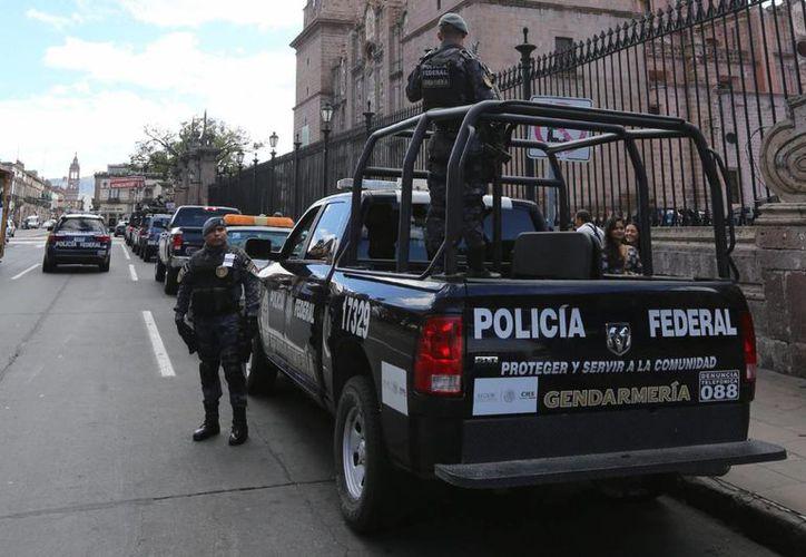 Los gobiernos del Estados en los que tiene presencia la Coordinadora Nacional de Trabajadores de la Educación (CNTE) acordaron una estrategia de seguridad para garantizar la aplicación de la evaluación docente. En la foto, utilizada sólo con fines ilustrativos, policías federales en Morelia, Michoacán. (NTX/Archivo)