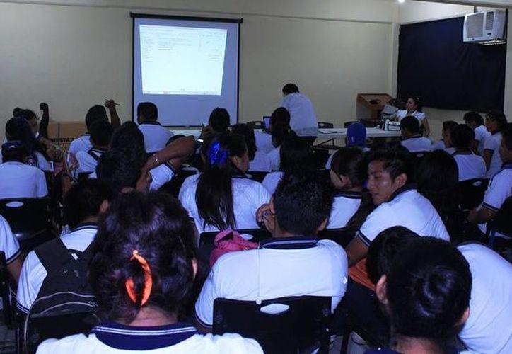 El curso se impartió en la Sala de Juntas del Honorable Cabildo de Lázaro Cárdenas. (Raúl Balam/SIPSE)