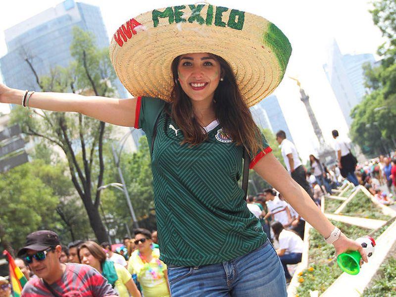 Al parecer la FIFA, cuando solo le quedan 72 horas de vida al Mundial, quiere que televisoras no enfoquen a damas atractivas (Notimex)