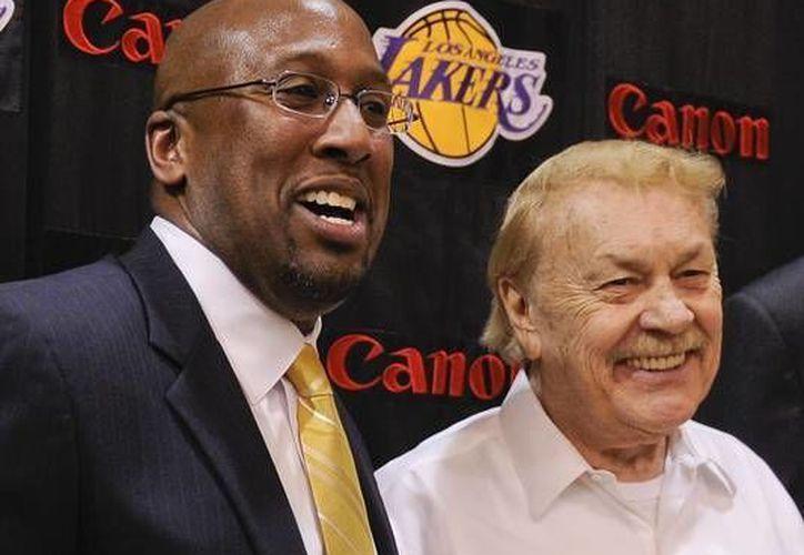 Larry Buss (d) se hizo cargo de los Lakers en 1979. (www.usatoday.com)