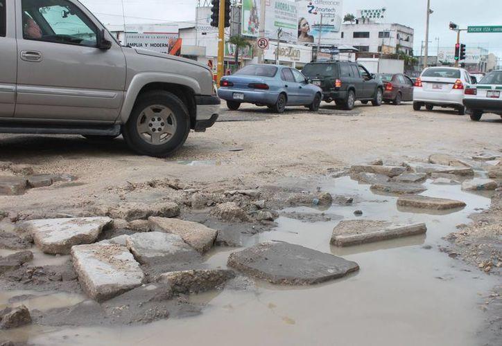 La constante lluvia ha generado un lodazal que impide el paso a los peatones. (Hugo Zúñiga/SIPSE)