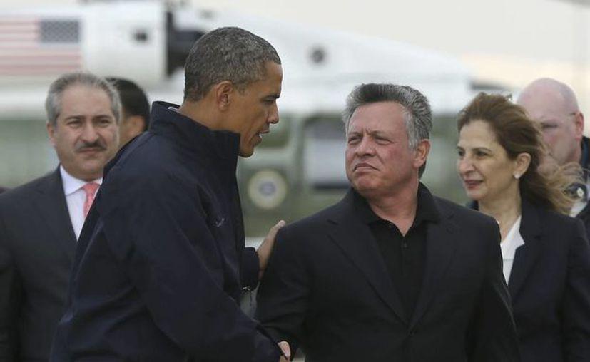 Obama saluda al rey  Abdullah II de Jordania, en el marco de su gira en el Medio Oriente. (Agencias)