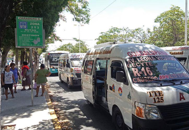 Muchas rutas se cubren casi exclusivamente con vehículos tipo 'urvan'. (Jesús Tijerina/SIPSE).