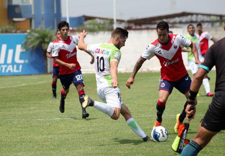 Pioneros intentó todavía el gol que les diera el éxito, pero ya no hubo más tiempo. (Raúl Caballero/SIPSE)