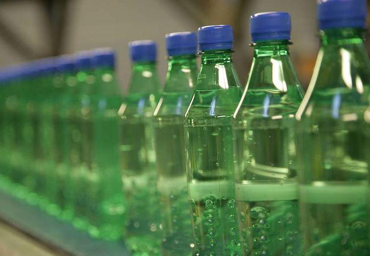 Un grupo anarquista griego puso ácido clorhídrico (veneno) en botellas de refresco, con el fin que de fueran retiradas del mercado, de lo que nada se informó. (auralight.es)