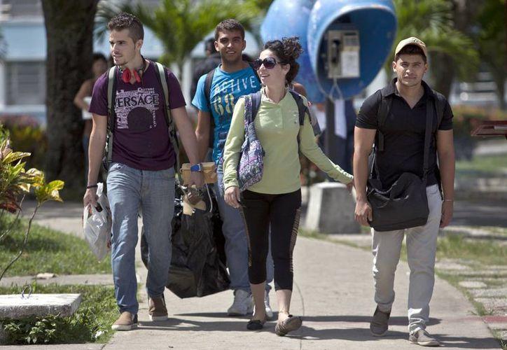 Estudiantes cubanos salen de la Universidad Central Marta Abreu en Santa Clara, Cuba. (Agencias)