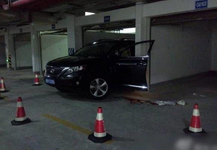 La puerta del lado del conductor quedó abierta. (Foto: Captura de pantalla tomada de Sina Weibo)