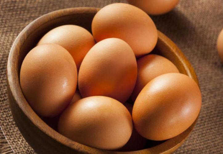 Especialistas recomiendan enjuagar los huevos antes de usarlos por higiene. (Foto: Contexto/Internet)