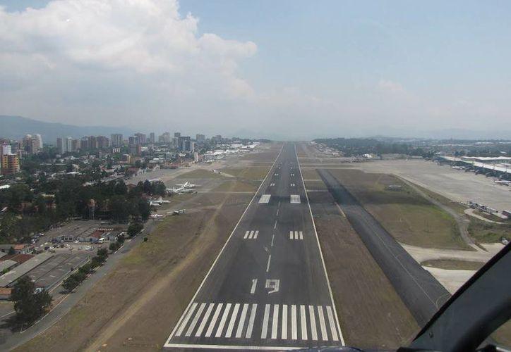 Debido al accidente en el aeropuerto La Aurora de Guatemala (en la imagen) varios vuelos tuvieron que ser desviados a otra terminal aérea en El Salvador. (avancemundial.com)