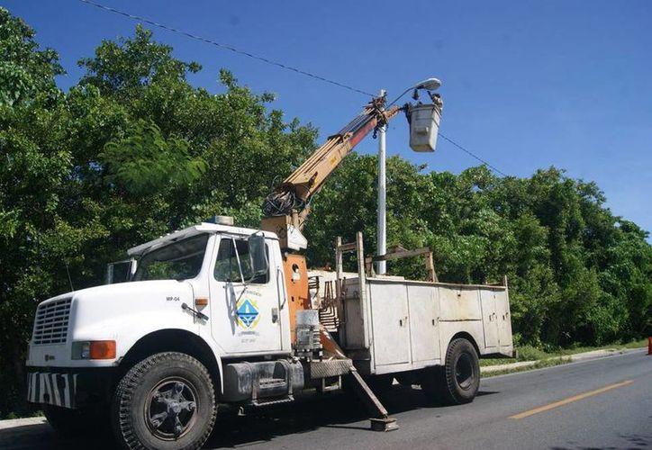 Persona del Ayuntamiento repara una luminaria del alumbrado público. Las comisarías de Progreso han tenido problemas de iluminación debido a que vándalos se roban la cablería. (Manuel Pool/SIPSE)