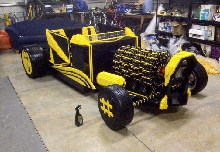 Con medio millón piezas de Lego, el rumano Raul Oaida construyó el Super Awesome Micro, un coche de tamaño real que funciona con aire comprimido. (EFE)