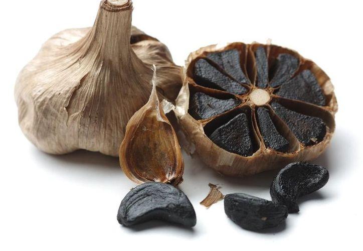 Entre las últimas modas gastronómicas está la de cocinar con ajo negro. (Mercado Libre).