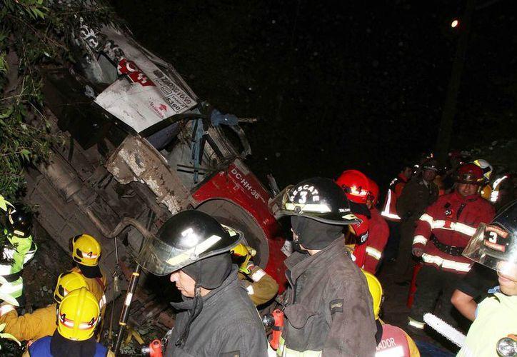 El autobús cayó por precipicio, en la localidad de Tomé. (EFE)
