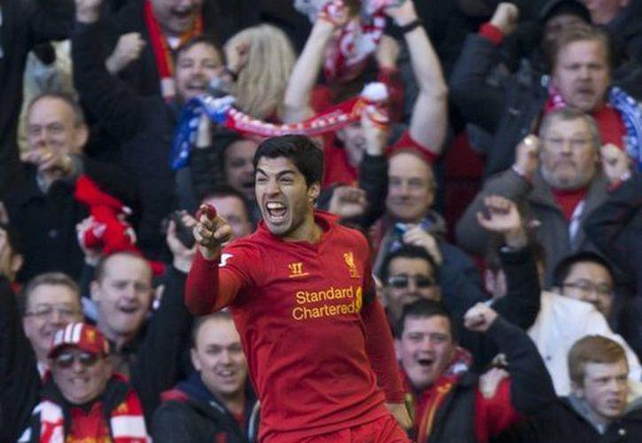 El uruguayo Luis Suárez celebra su anotación que le valió el empate de su equipo, el Liverpool, ante el Chelsea. (Agencias)