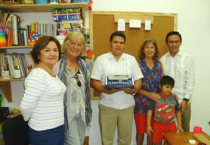 Dos matrimonios de Estados Unidos donaron una máquina braille al CRIC de Cozumel. (Cortesía)