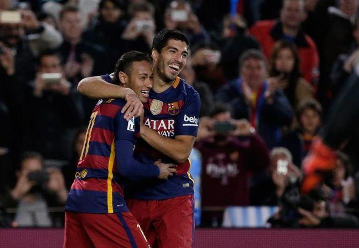 El delantero del Barza, Luis Suárez (der)., fue suspendido dos partidos en la Copa del Rey. La imagen, en la que aparece con Neymar, es de archivo. (AP)