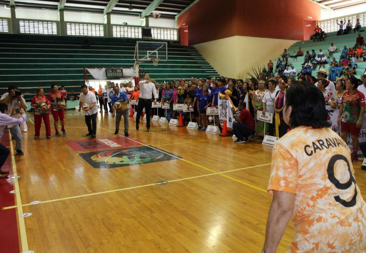 La delegaciones desfilarón en la duela del Gimnasio Polifuncional. (Foto: Milenio Novedades)
