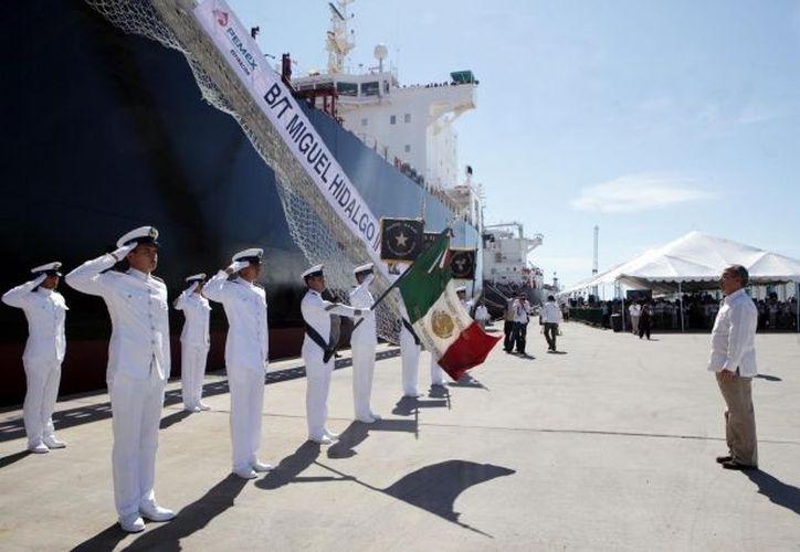 El presidente Calderón durante el abanderamiento a los buque-tanques petroleros, este lunes en Mazatlán, Sinaloa. (Notimex)