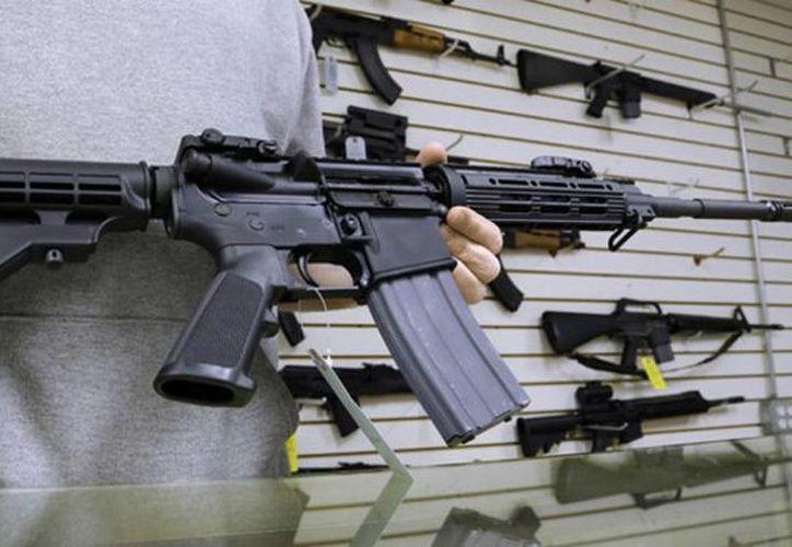 Los constantes rumores sobre la prohibición del AR-15 han provocado que en el último lustro se hayan vendido casi millón y medio de unidades en EU. (Archivo/AP)