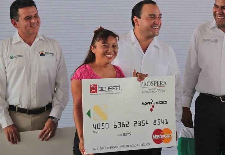 Momento de la entrega de las tarjetas bancarias. (Gustavo Villegas/SIPSE)