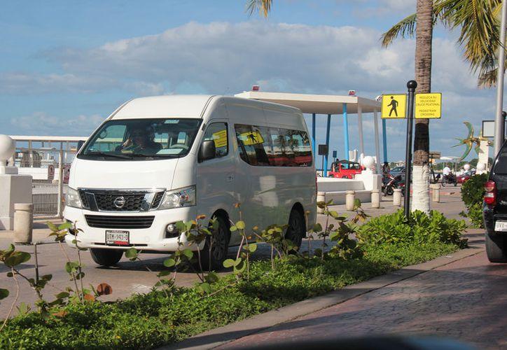 Esta semana debe definirse la legalidad o ilegalidad de la operación de empresas transportadoras de turismo.(Foto: Gustavo Villegas/SIPSE)