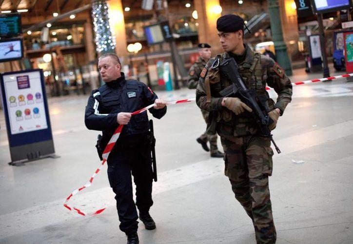 Soldados vigilan la estación de tren Gare du Nord, en París, ante los ataques terroristas que ha sufrido Francia. (Agencias)