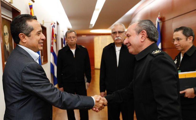 El gobernador Carlos Joaquín camina junto al almirante Rafael Ojeda Durán, durante la reunión en la Ciudad de México. (Redacción)