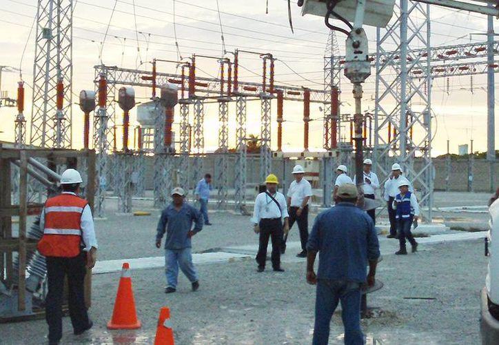 La industria yucateca aún no se recupera por la falta de gas. Imagen de un grupo de trabajadores en una planta de la CFE.  (Milenio Novedades)