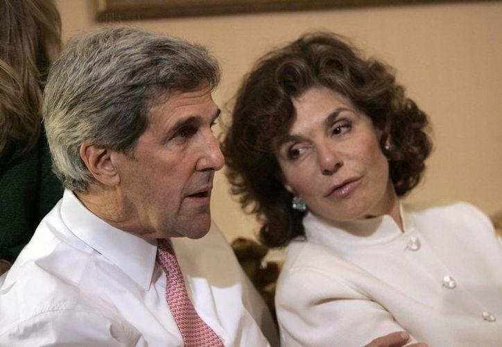 La esposa del secretario de Estado de EU fue tratada de un cáncer en 2009. (Agencias)