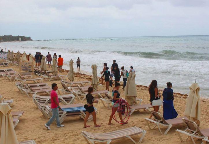 Debido a las lluvias, durante el fin de semana pocas personas visitaron la costa de Playa del Carmen. (Daniel Pacheco/SIPSE)