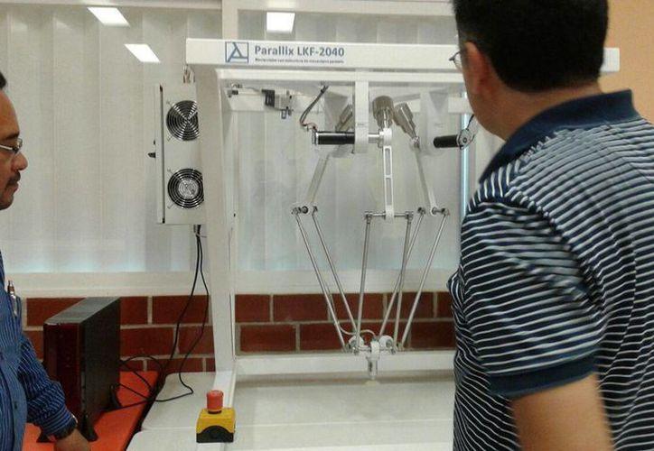 Los manipuladores tipo robótico hacen cualquier tipo de tarea industrial de acuerdo a la herramienta que se le coloque. (Tomás Álvarez/SIPSE)
