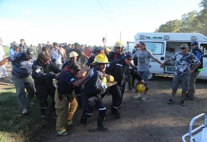 Al menos ocho heridos, varios de gravedad, fue el saldo de un accidente en el prólogo del Rally Dakar, que se realizaba en Arrecifes Argentina. La octava edición de la competencia en Sudamérica recorrerá cerca de 10 mil kilómetros hasta la meta el 16 de enero en Rosario, Argentina. (AP)