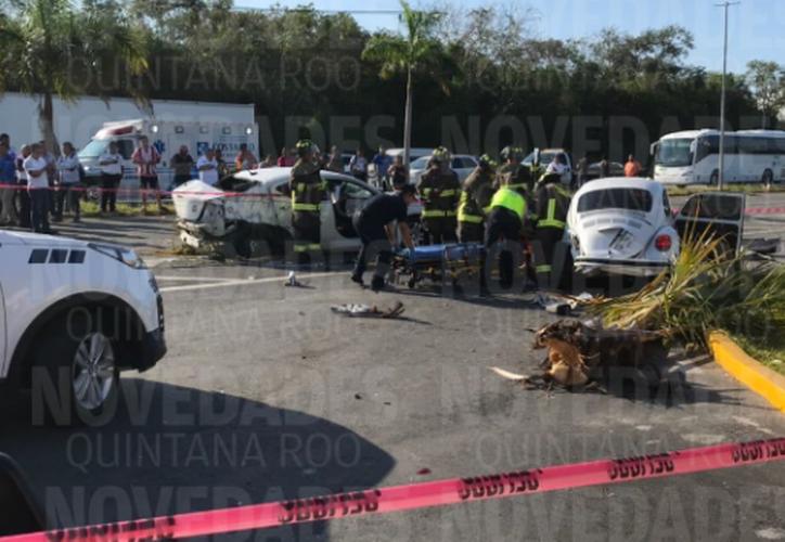 Aparatoso accidente cerca del hotel Moon Palace. (Eric Galindo/SIPSE)