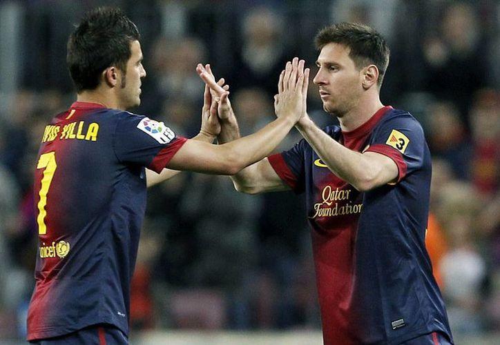 El argentino Leo Messi (d) entra en sustitución de David Villa, durante el partido de Liga ante el Real Betis disputado en el Camp Nou, en Barcelona. (EFE)