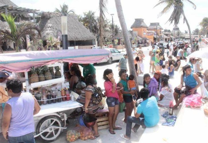 Los comerciantes esperan este primer fin de semana cerca de unas 30 mil personas en las costas yucatecas. (Archivo/ Milenio Novedades)